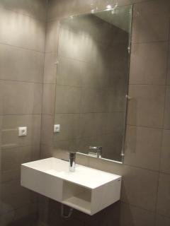 Baño de diseño equipado con toallas y amenities