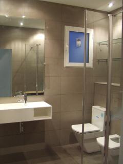 El amplio baño cuenta con todas las comodidades
