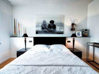 Bedroom 2: Queen-sized bed / Flat screen TV