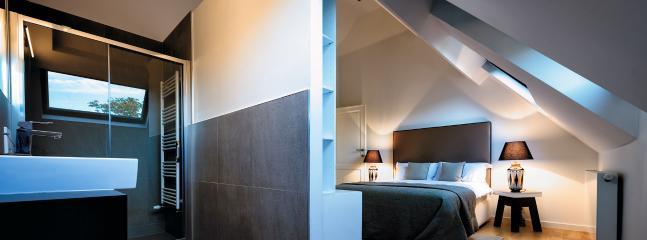 Bedroom: Queen-sized bed / Flat screen TV / Private Bathroom