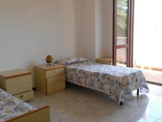 camera da letto con 3 lettini uno e sotto