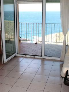 vue depuis salon donnant sur terrasse - mer en arrière plan