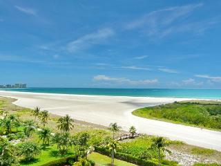Stylish beachfront condo w/ heated pool & mesmerizing ocean views, Marco Island