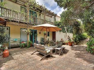 Charming 3BR/2BA 1920s-era House, Close to State Street, Sleeps 6, Santa Bárbara