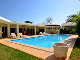 One of a kind here in Casa Linda, this villa provides you with a Great pool of 21000 gallons, a large outside area with a big cover when needed. Your just next to the restaurant if you dont want to utilize the BBQ that is of the highest chef quality. Equi