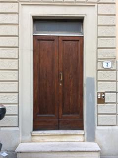 Main door of the building, Viuzzo dei Bruni n.2.