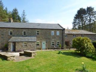 SPENS FARM COTTAGE, WiFi, king-size bed, en-suite, off road parking, near High B