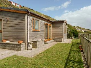 BRACKENBACK, hot tub, private garden, pet-friendly, woodburner, WiFi. in Millbrook, Ref 924586, Cawsand
