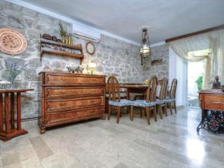 House close to the promenade and beach, Baska Voda