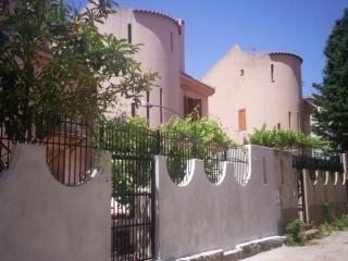 Villa spartana: zona notte in taverna e giardino, Scilla