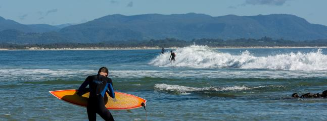 Surfer sur le col - Byron Bay