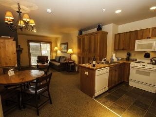 Red Hawk Lodge 2200 - Cozy studio, walk to slopes, on site pool, hot tub, fitness room and pool table!, Keystone