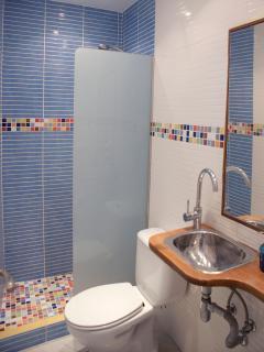 Un bonito baño con toques de color