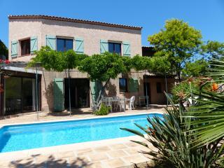 Jolie villa provencale avec jardin et piscine chauffee a 400m de la plage