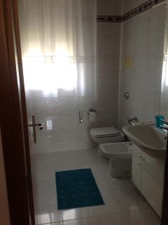 bagno spazioso con doccia e vasca