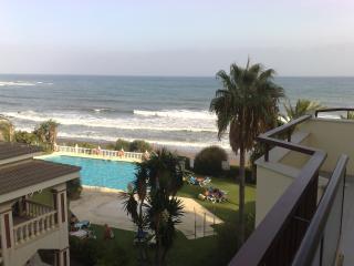 Primerísima línea de playa y terraza de 25 metros., Mijas