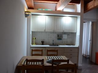 Vista frontale della cucina