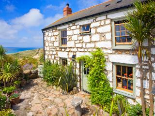 WHITEBREAKERS, charming cornish cottage by the beach with lush garden &sea views