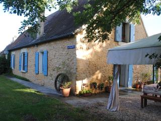 Holiday cottage and barn in Tremolat Dordogne with private pool, Trémolat