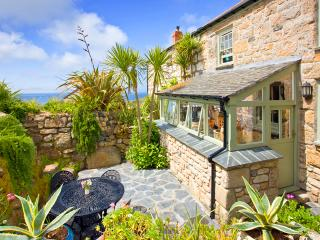 PENROSE, a traditional cornish cottage by the beach with a sheltered patio