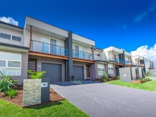 Escape at Nobbys - Executive Townhouse - across the road from Nobbys Beach