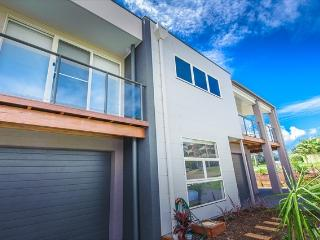 Escape at Nobbys - Luxury Ocean Townhouse - across the road from Nobbys Beach