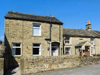 HAWTHORN COTTAGE, en-suite bedroom, woodburning stove, patio, WiFi, in Eyam, Ref