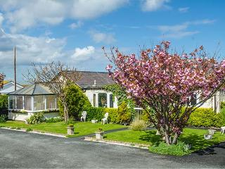 BEACH BUNGALOW, family-friendly, with a garden in Rhyl, Ref 8086