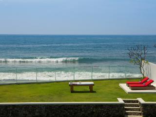 Absolute Beachfront Luxury Villa, Keramas