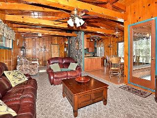 3BR Classic River View Cabin with Hot Tub, Sleeps 10