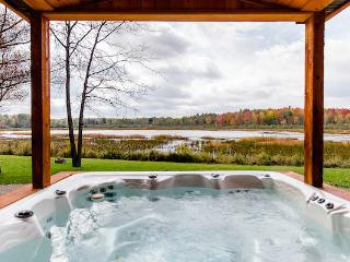 The Lake Cottage at Meemo's Farm & Retreat, Evart