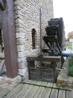 La petite roue (La grande est située à l'intérieur du moulin)