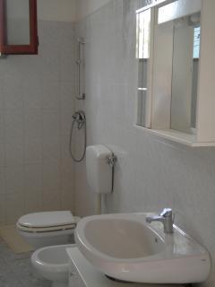 toilette con doccia e lavatrice  appartamento iris