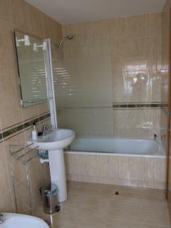 Bathroom/shower 2 (exterior and en suite) - Bano 1 (exterior y ensuite)