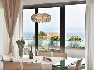 South Beach Penthouse, Split