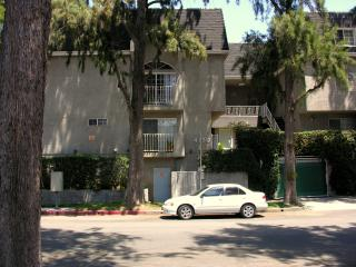 Great Location Spacious 2br/2Ba in Heart of Valley, Los Angeles