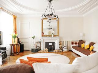 Eiffel view luxury/housekeeping SERVICES INCLUDED!, Paris