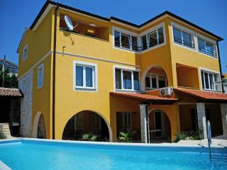 holiday villa  with swimmingpool near beach, Liznjan