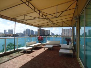Sunny Isles beach luxury apart lake view