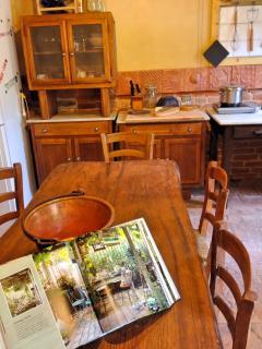 il tavolo in legno massiccio per il pranzo
