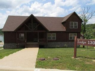 Nestled Inn Lodge-A delightful 3 bedroom,3.5 bath lodge in Stonebridge Resort, Branson West