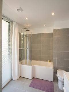 Spacious en-suite bathroom
