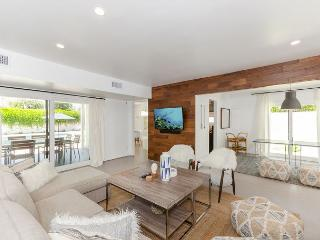 3BR/2BA Sleek Modern House, Private Saltwater Pool and Hot Tub, Sleeps 6