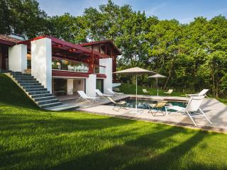 PROMO Mar-Apr: Architect Villa with Pool & Jacuzzi -15min from Biarritz & Beach, Ahetze