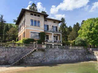 Lakefront villa a short walk from the center!, Baveno