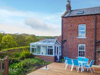 CROFT FARM COTTAGE, semi-detached, WiFi, underfloor heating in conservatory, good walking nearby, close to Robin Hood's Bay, Ref 924891