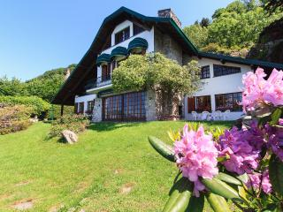 Magical villa with beautiful garden directly by the lake!