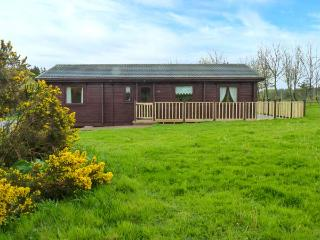 LODGE 88, off road parking, pet-friendly, leisure facilities, open plan, nr Wool