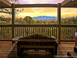 Romantic Getaway Cabin with Amazing Mountain Views, Gatlinburg