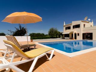 Villa V4 with private pool close to the Marinha Beach